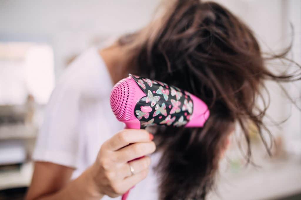dame-qui-se-sèche-les-cheveux