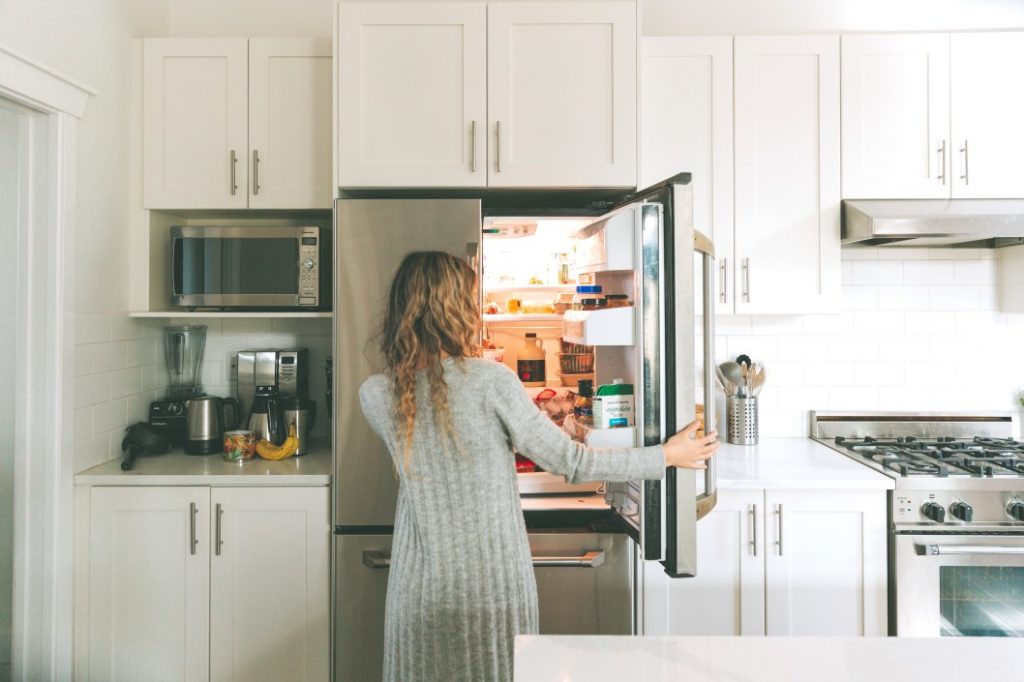 Photo d'une femme ouvrant son réfrigérateur
