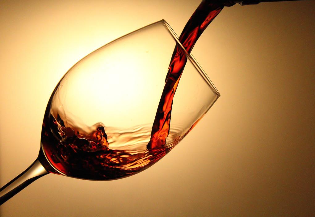 photo de vin versé dans un verre